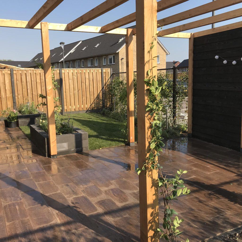 Moderne Tuin Met Overkapping En Schutting Met Betonpalen